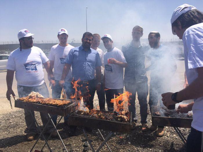 Израильские активисты пожарили шашлык у тюрьмы с террористами, объявившими голодовку (5 фото)