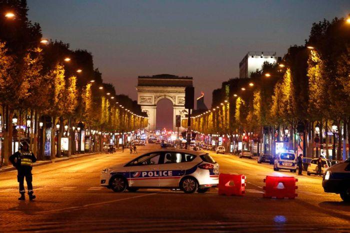 Теракт в Париже на Елисейских полях (14 фото + видео)