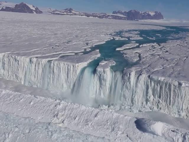 Река и водопад в Антарктиде