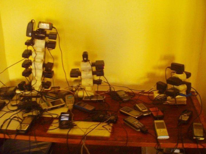 Как заряжают телефоны в армии (10 фото)
