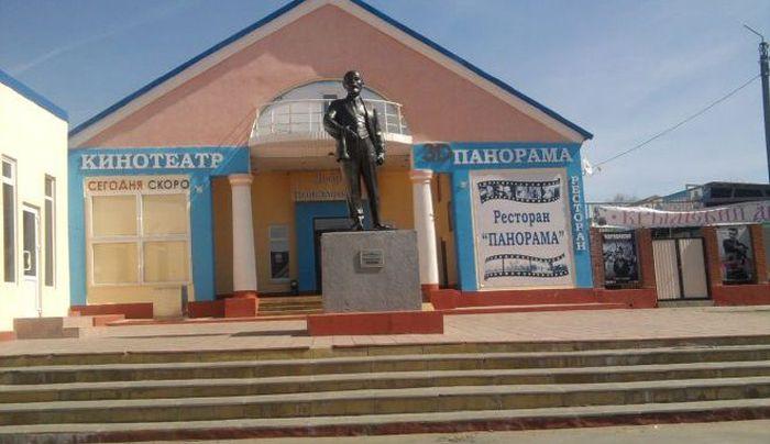 Большеголовый памятник Ленина в Новосиле (3 фото)