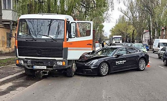 В Одессе во время тест-драйва разбили спорткар Porsche Panamera 4S (2 фото)