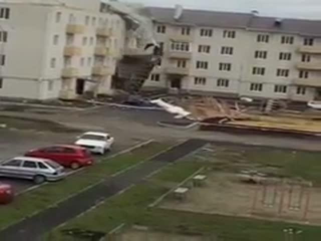 Сильный ветер сорвал крышу с жилого дома