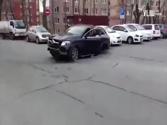 Во Владивостоке девушка за рулем Mercedes-Benz разбила 11 автомобилей