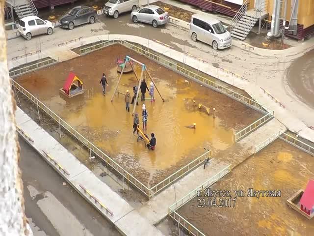 Затопленная детская площадка в Якутске
