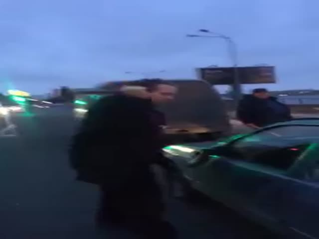 В Санкт-Петербурге в ходе дорожного конфликта мужчина молотком разбил авто оппонента