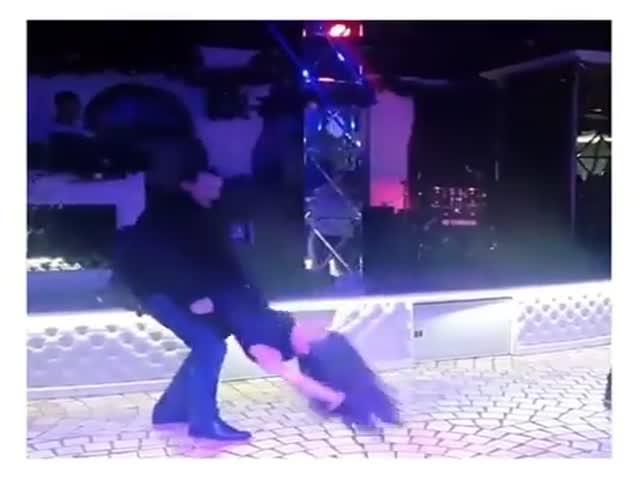 Танец подвыпившей девушки в ночном клубе