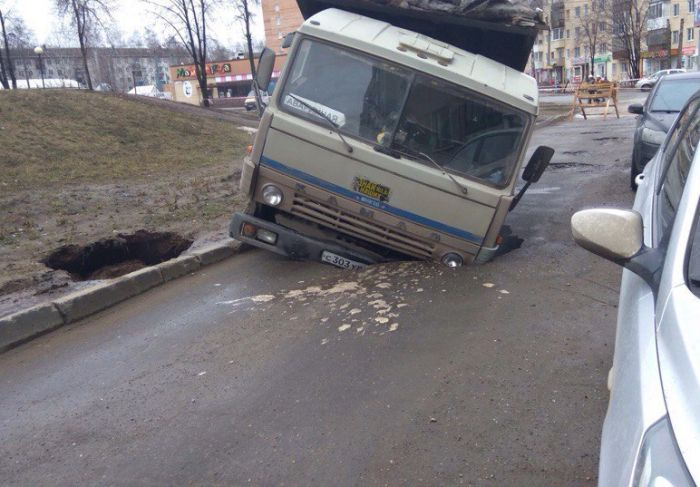 В Ижевске подъемный кран, вытаскивавший «КамАЗ» из ямы, сам провалился в яму (3 фото)