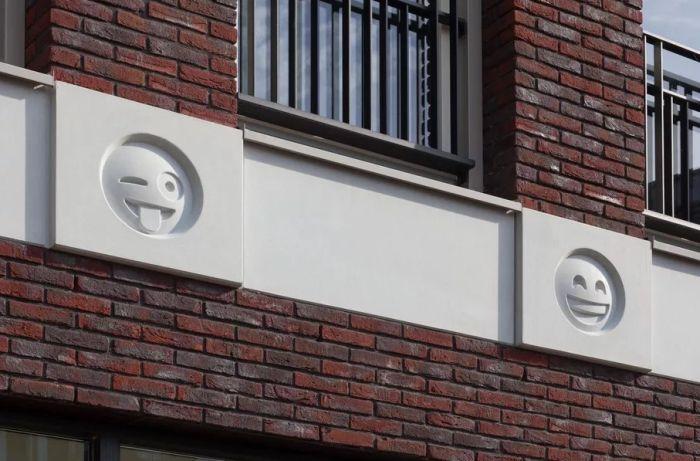 В Нидерландах фасад здания украсили смайликами эмодзи (4 фото)