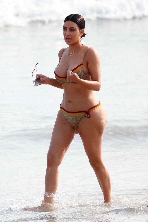 Ким Кардашьян на пляже в Мексике (6 фото)