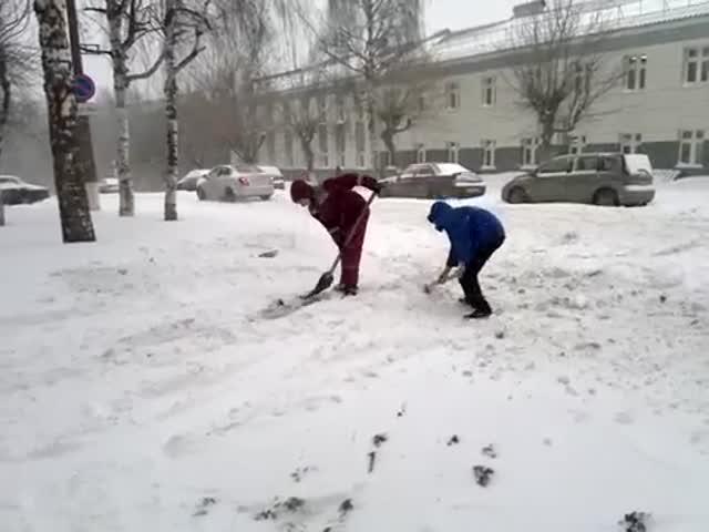 В Кирове врачам скорой помощи пришлось самим убирать снег