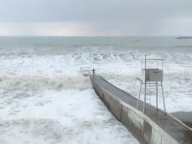 Пьяного жителя Сочи смыло в море