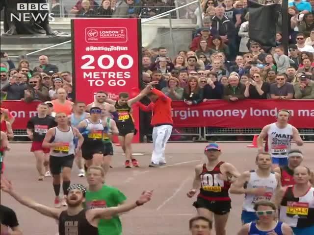 Участник Лондонского марафона помог оппоненту добраться до финиша
