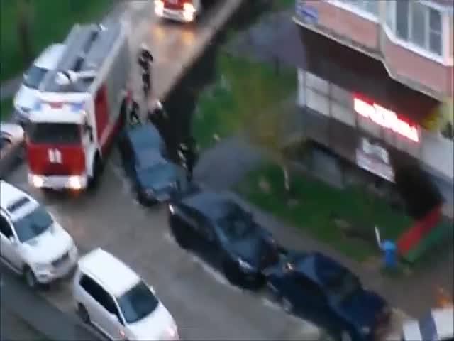 Пожарные вручную оттаскивают машины, чтобы проехать на вызов