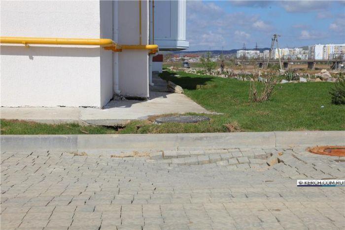 В Керчи дома для переселенцев не выдержали первых дождей (10 фото)