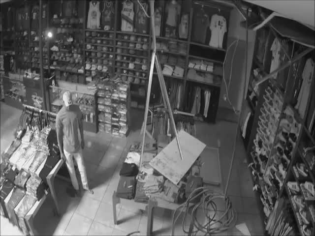 Грабитель-неудачник проник в магазин