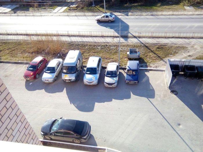 В Тюмени коллекторы облили краской случайные автомобили во дворе должника (3 фото)