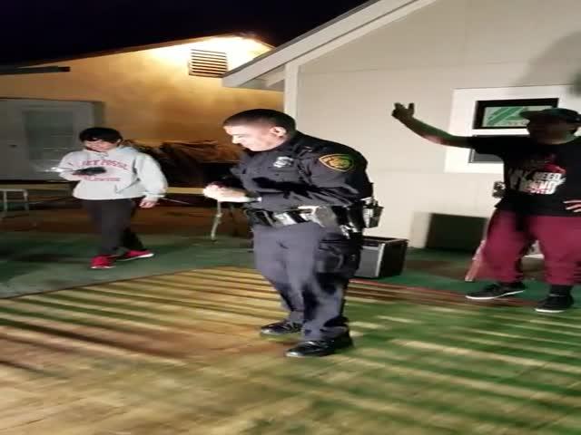 В США полицейский станцевал сальсу с нарушителями порядка