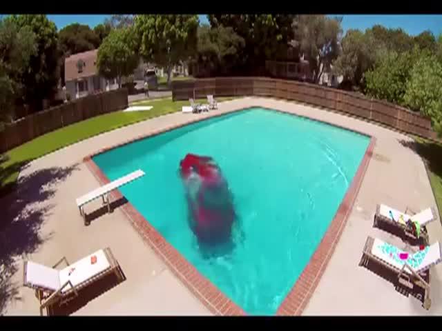 Эвакуатор упустил автомобиль в бассейн