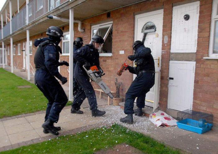 Полицейские оставили после себя необычный пролом в двери (4 фото)