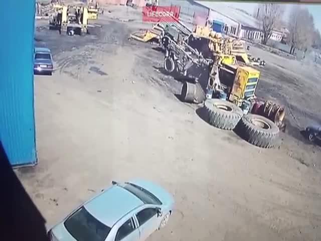 Взорвавшееся колесо БелАЗа рухнуло на легковушку