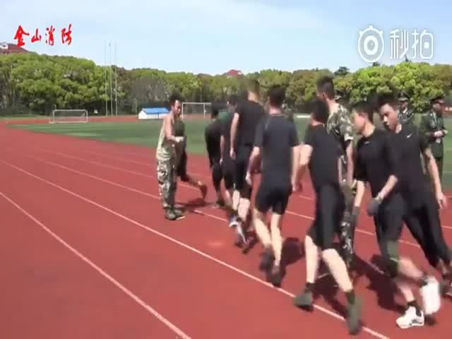 Китайские солдаты прыгают через скакалку