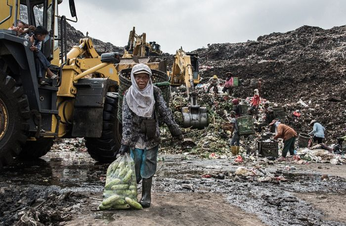 Свалка в Индонезии, ставшая домом для 3000 семей (12 фото)