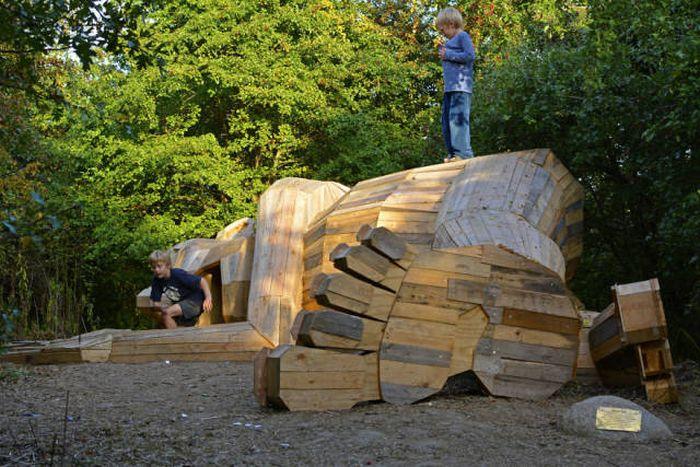 Гигантские деревянные скульптуры Томаса Дамбо (17 фото)