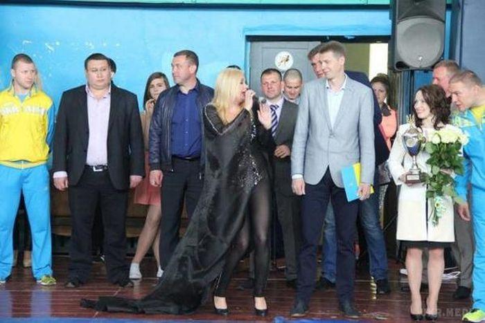 Украинская певица Лора Суперфин в откровенном наряде на детском турнире (4 фото)