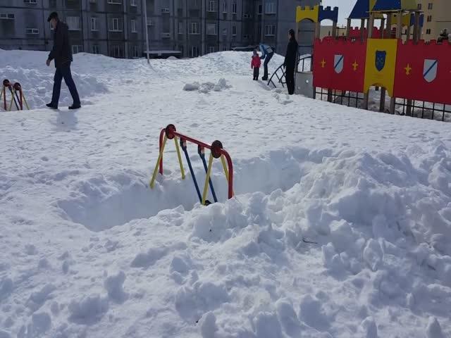 Катание на качелях в Снежногорске