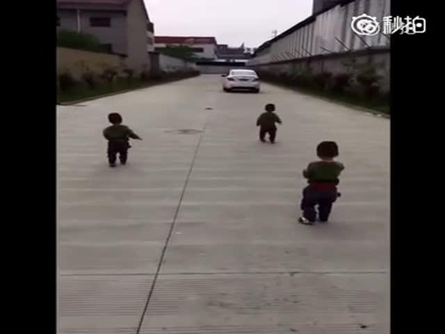 Дети догоняют отца