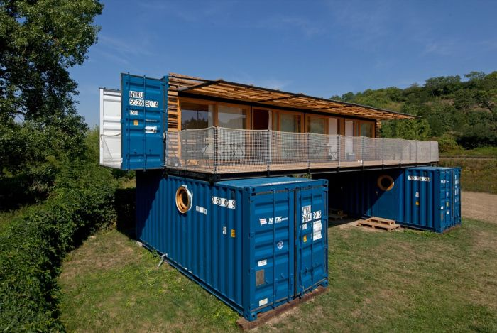 В Чехии построили компактный отель из трех транспортных контейнеров (13 фото)