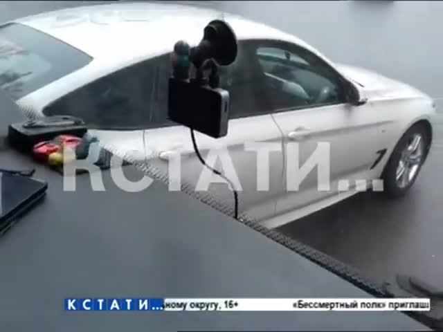 В Нижнем Новгороде автохам на BMW препятствовал движению школьного автобуса