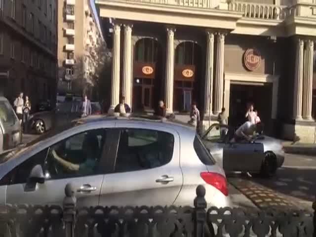 В Москве спорткар застрял на лежачем полицейском