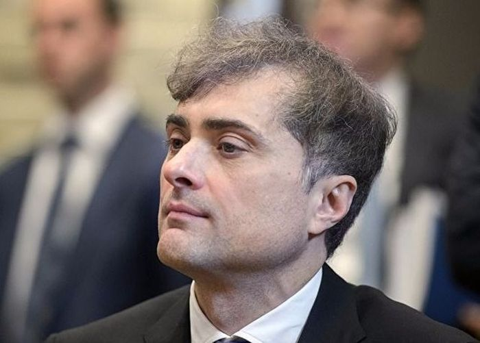 «Изможденное» фото помощника президента России Владислава Суркова (3 фото)