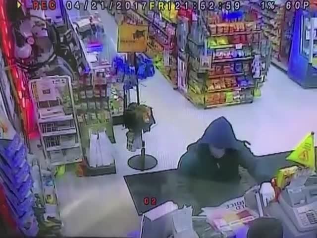 Сотрудники магазина дали отпор грабителю