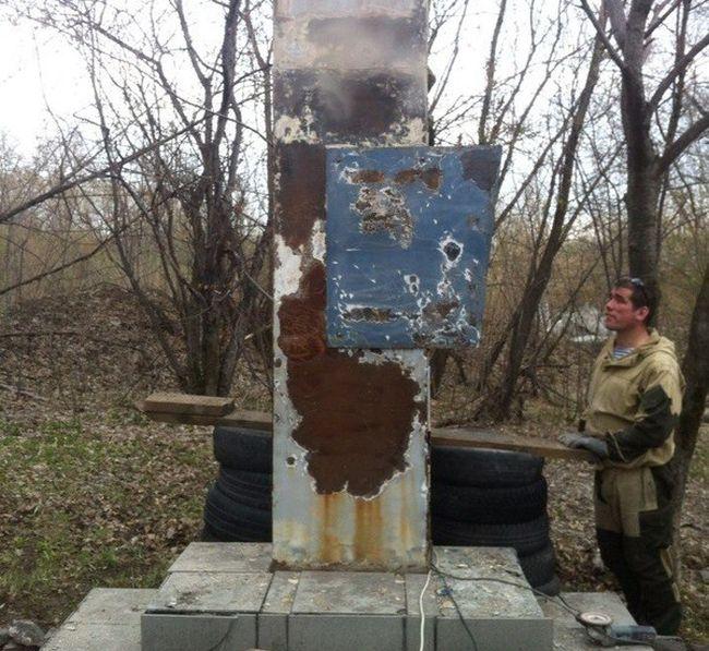 Волонтеры восстановили памятник к Дню Победы (4 фото)