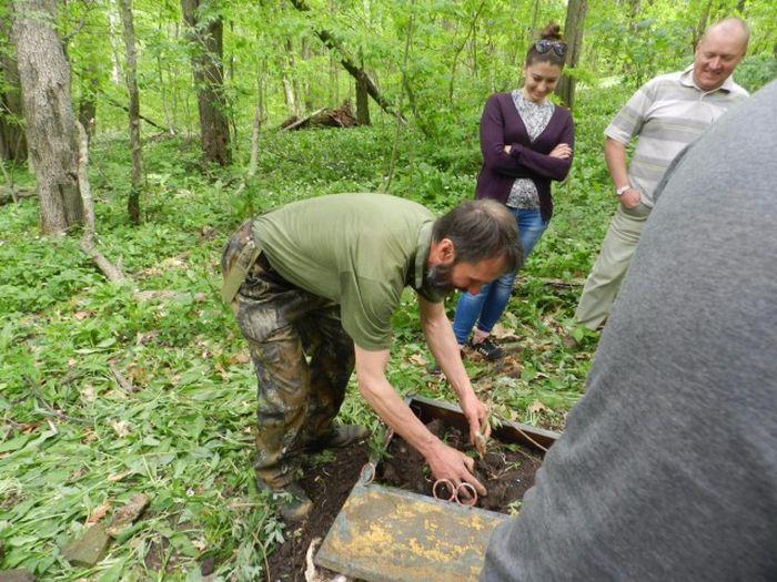 Реставрация могилы партизана Шоты Инанишвили (11 фото)