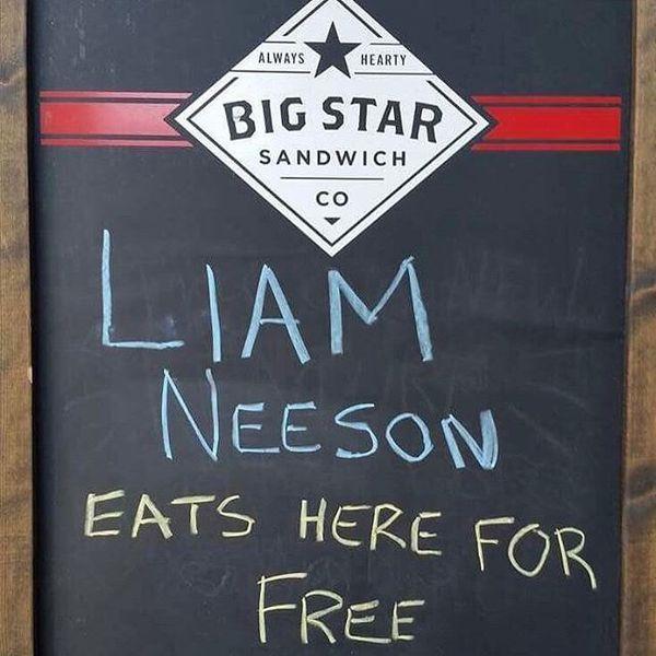 Актер Лиам Нисон пришел в кафе, пообещавшее ему бесплатный сэндвич (2 фото)