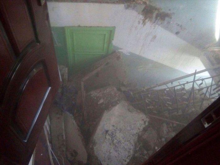 Обвал лестничного проема в пятиэтажке (16 фото)