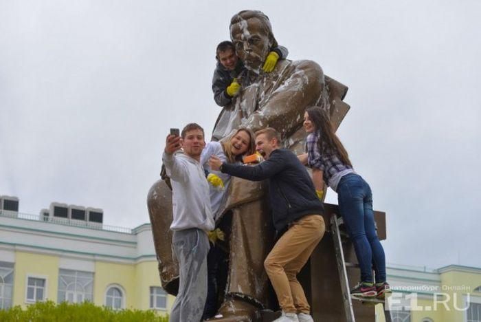 В Екатеринбурге студенты УрФУ отмыли памятник изобретателю радио Александру Попову (12 фото)