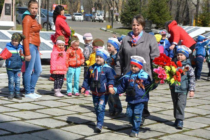 В Амурской области коммунальщики выбросили цветы, возложенные к памятнику детьми (4 фото)
