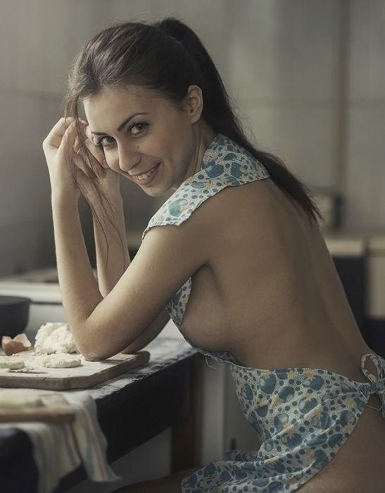 Очаровательные девушки занимаются своими домашними делами. НЮ (20 фото)