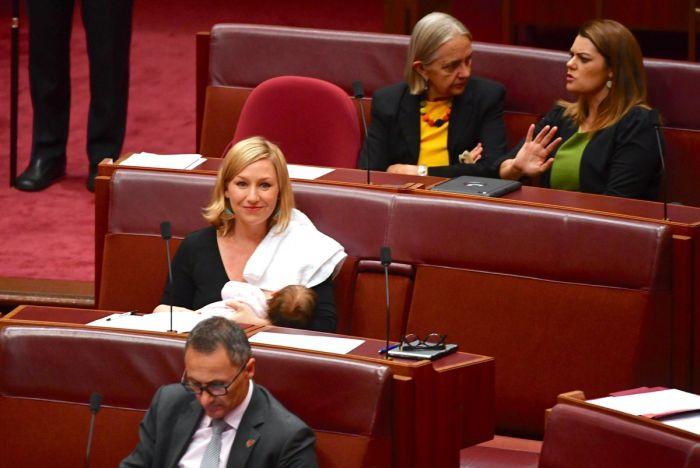 Австралийский сенатор впервые покормила ребенка грудью на заседании парламента (4 фото)