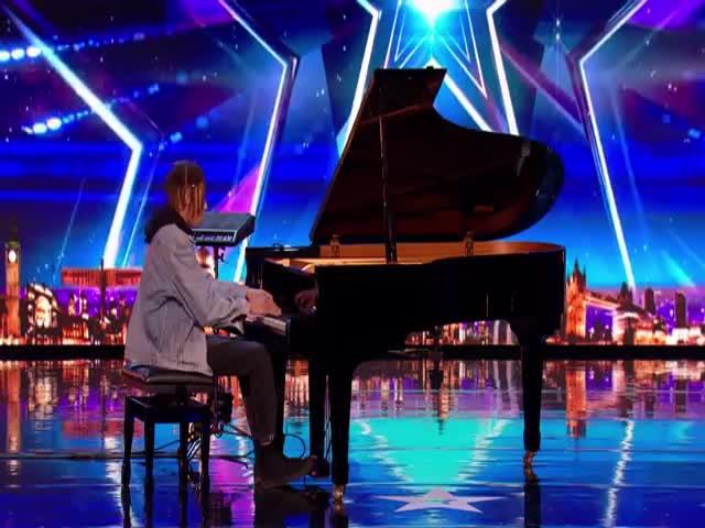 Фантастическая игра на пианино от Токио Майерса