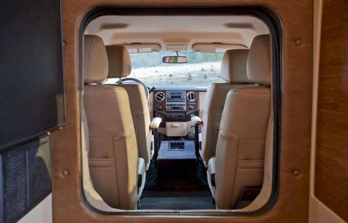 Siberian Tiger - полноценный дом на колесах на базе пикапа Ford F450 (27 фото)