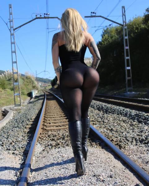 Виктория Ломба - модель, добившаяся успеха благодаря своим впечатляющим формам (30 фото)