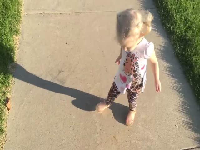 Девочка пытается прогнать свою тень