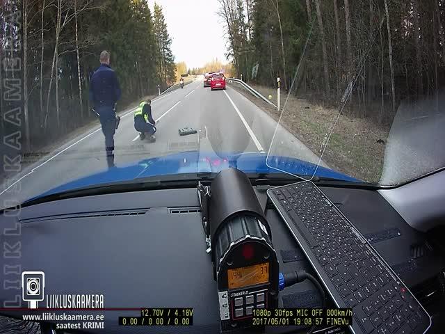 Эстонские полицейские остановили автомобиль нарушителя с помощью шипов