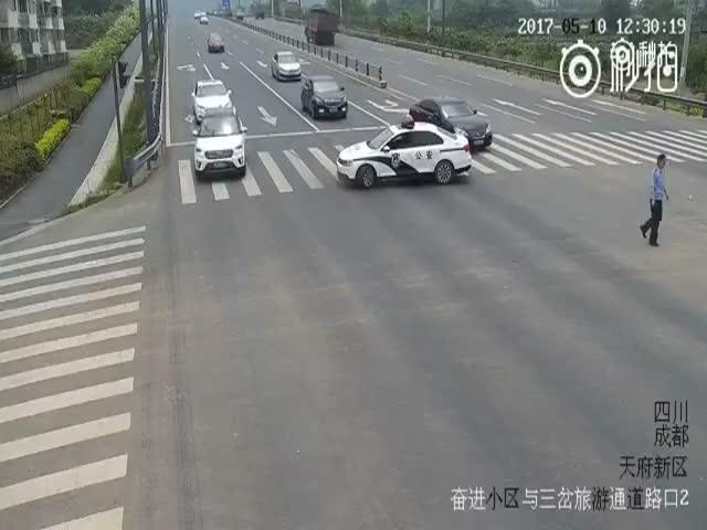 Полицейский перевел бабушку через дорогу
